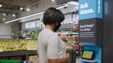 Bild von Alexa führt durch ersten Amazon Fresh Markt