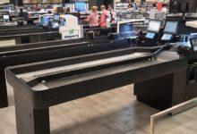 Der (teil-) automatisierte Itab ScanMate Kassentisch erlaubt schnelle Kassiervorgänge für jeweils zwei Kunden gleichzeitig. (Foto: Itab Germany GmbH)