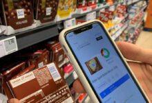 Ein Verbraucher scannt eine Tafel Schokolade am Regal im Egelsbacher Rewe-Center mit Codecheck. (Foto: Retail Optimiser)
