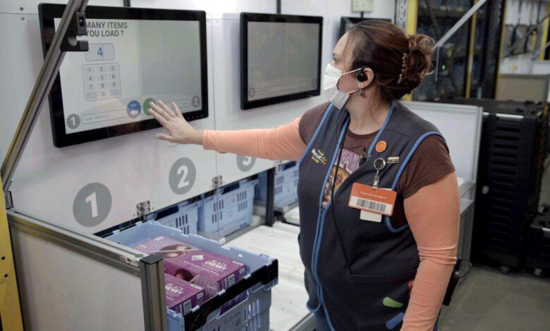 Im neuen Local Fulfillment Center kommissioniert eine Walmart Mitarbeiterin Ware für eine Kundenbestellung. Die Artikel werden vollautomatisch mittels Robotik zusammengestellt und zu ihrem Arbeitsplatz transportiert. (Foto: Walmart)