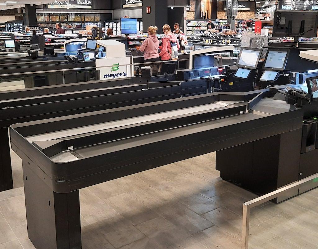 Der (teil-) automatisierte Itab ScanMate Kassentisch kommt auch im Edeka Markt im Freesen Center in Neumünster zum Einsatz und erlaubt schnelle Kassiervorgänge für jeweils zwei Kunden gleichzeitig. (Foto: Itab Germany GmbH)