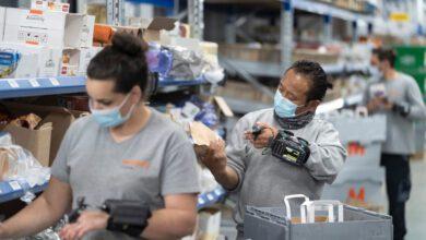 Wie hier in Verteilzentrum Pratteln hatte Migros Online mit Personalengpässen zu kämpfen, weil die Nachfrage sich freitags und montags bündelt. (Foto: Gaëtan Bally / Keystone)