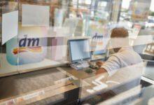 Bereits in mehr 1.000 dm Filialen sorgen Glory Cash-Recycling-Automaten für schnelle und sichere Bargeld-Verarbeitung im Kassenbüro. (Foto: dm Drogeriemarkt)